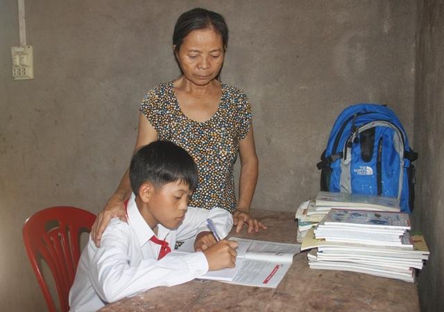 Thiếu sự chăm sóc của cha mẹ, cháu Quang lớn lên trong tình thương của bà ngoại.