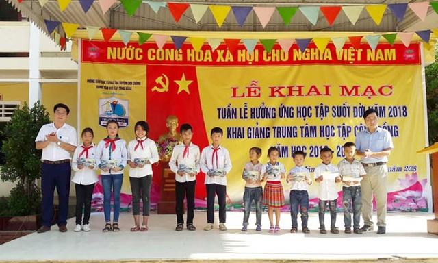 Chi nhanh Viettel Con Cuông tặng 10 suất học bổng cho 10 em học sinh có hoàn cảnh khó khăn, mỗi suất 1 triệu đồng.