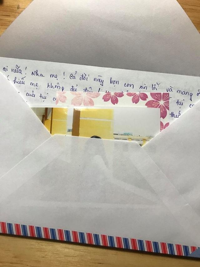 Những bài văn của học trò được cô Quỳnh Anh bỏ vào phong bì, kèm bức ảnh của chính học trò... gửi đến bố mẹ trong buổi họp phụ huynh