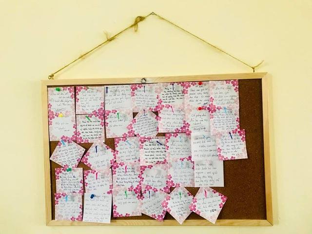 Lời nhắn bố mẹ gửi lại cho các con được cô Quỳnh Anh đính ở bảng dưới lớp nhưng gửi gắm đến các em, bố mẹ luôn ở phía sau.