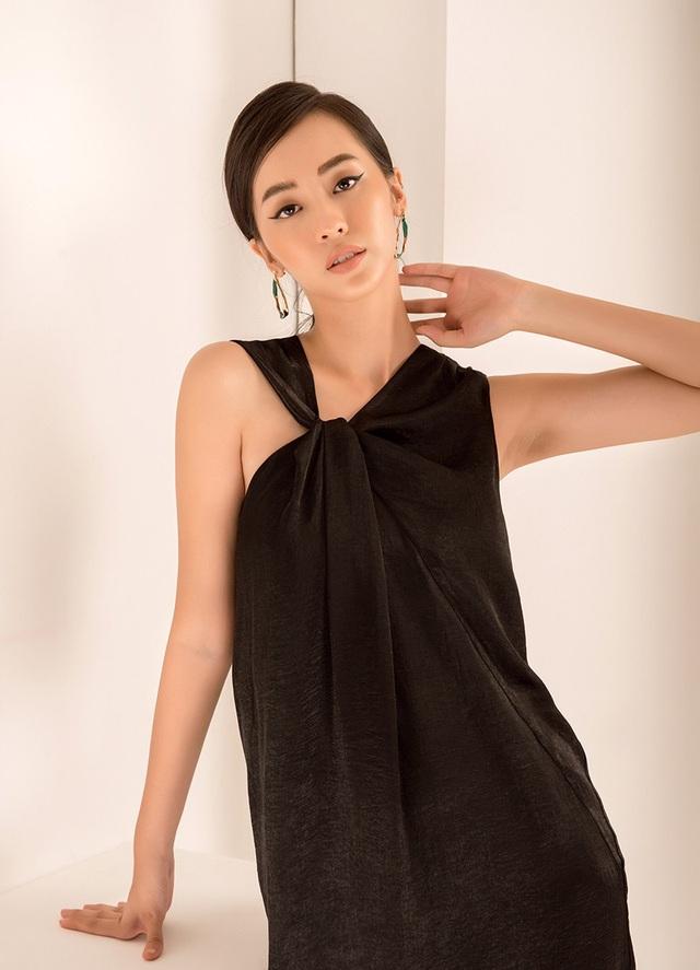 Ngoài làm người mẫu ảnh, Linh cũng quay TVC. Cô sở hữu chiều cao 1m7 cùng với số đo 3 vòng là 83 - 65 - 93.