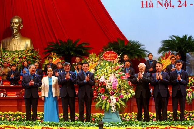 Tổng Bí thư Nguyễn Phú Trọng tặng hoa Đại hội Công đoàn Việt Nam lần thứ XII nhiệm kỳ 2018 – 2023. Ảnh: Sơn Tùng.