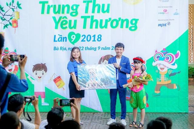 Ông Phạm Trần Nhật Minh Phó TGĐ điều hành công ty Nhựa Long Thành trao những phần quà yêu thương tại Bà Rịa