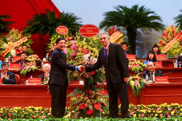 Tổng Thư ký Liên hiệp Công đoàn Thế giới (WFTU) George Mavrikos tặng hoa Đại hội Công đoàn Việt Nam lần thứ XII nhiệm kỳ 2018 – 2023. Ảnh: Sơn Tùng.