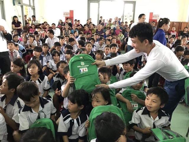 Nụ cười hạnh phúc của vị Phó TGĐ điều hành Phạm Trần Nhật Minh khi trao quà cho các em nhỏ