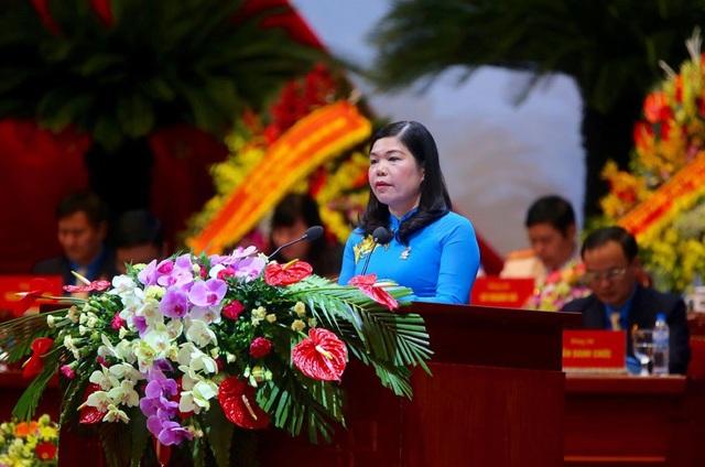 Đồng chí Đặng Thị Phương Hoa - Phó Chủ tịch LĐLĐ TP Hà Nội phát biểu tham luận. Ảnh: Hải Nguyễn.