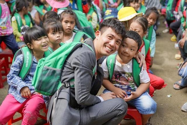 Nụ cười hồn nhiên của các em nhỏ được trao quà trung thu