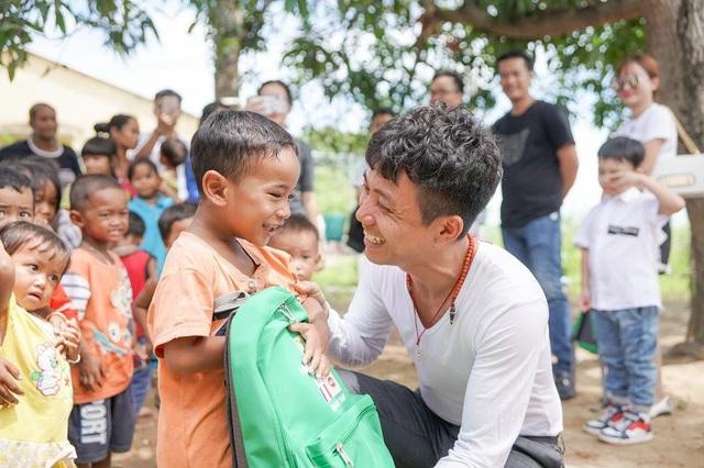 Phó TGĐ điều hành Ông Phạm Trần Nhật Minh trao quà cho các em nhỏ ở dân tộc Raglay