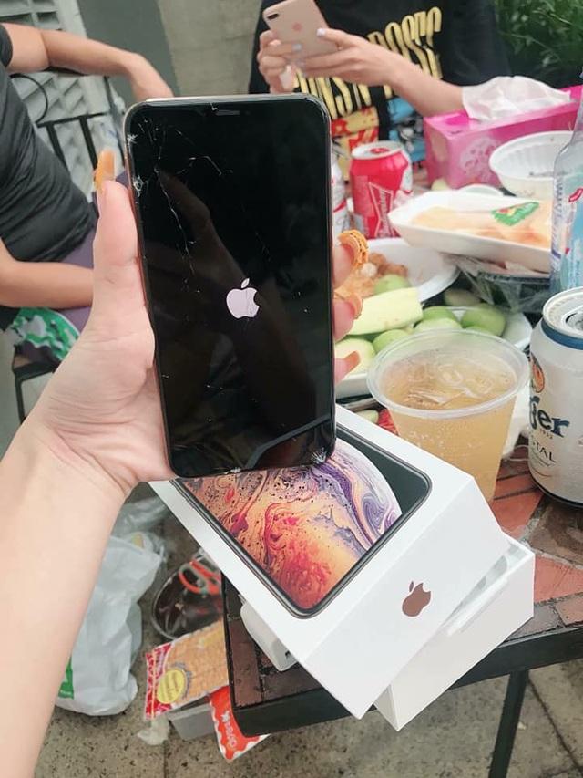Chiếc iPhone XS Max bị vỡ màn hình nghiêm trọng ngay khi vừa mở hộp