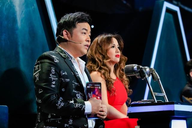 Minh Tuyết, Quang Lê chăm chú theo dõi tiết mục của 2 thí sinh.
