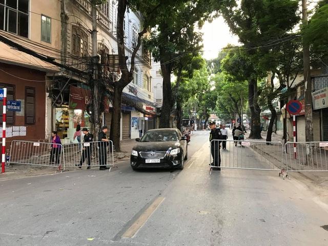 Các tuyến đường Nguyễn Công Trứ, Hàng Chuối, Tăng Bặt Hổ... quanh nhà tang lễ bắt đầu được hạn chế phương tiện lưu thông. (Ảnh: Quang Phong)