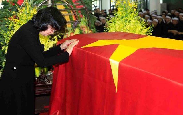 Quyền Chủ tịch nước Đặng Thị Ngọc Thịnh xúc động bên linh cữu.