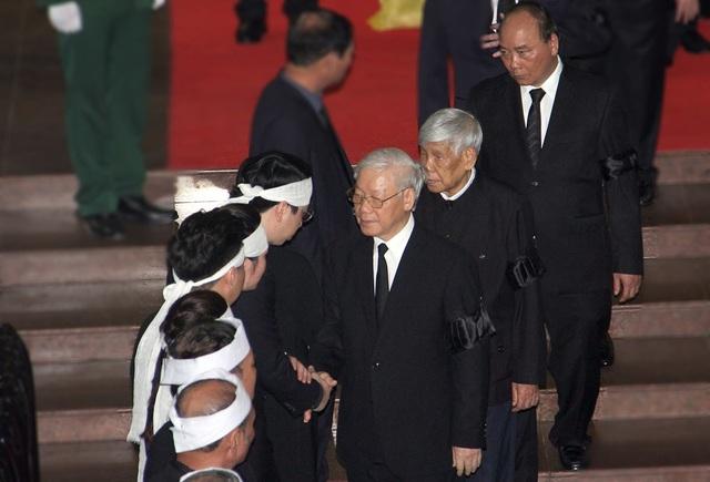 Tổng Bí thư Nguyễn Phú Trọng, nguyên Tổng Bí thư Lê Khả Phiêu và Thủ tướng Nguyễn Xuân Phúc chia buồn cùng gia quyến.