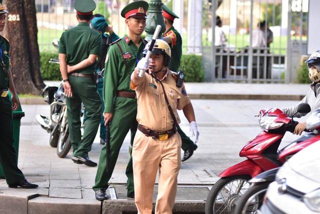 Lực lượng chức năng phân luồng giao thông quanh khu vực Hội trường Thống Nhất - TPHCM (Ảnh: Phạm Nguyễn)