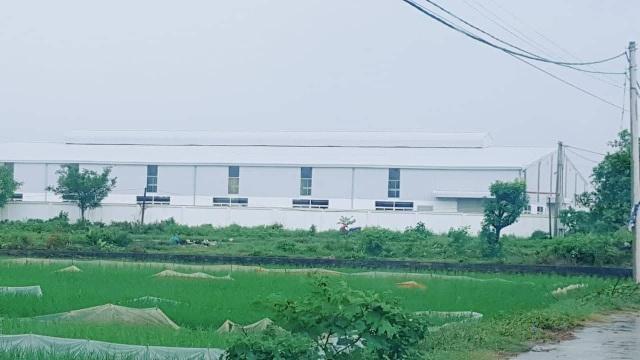 Cả 3 nhà máy qui mô cỡ lớn như thế này đều được xây trái phép trên đất công ích của xã.