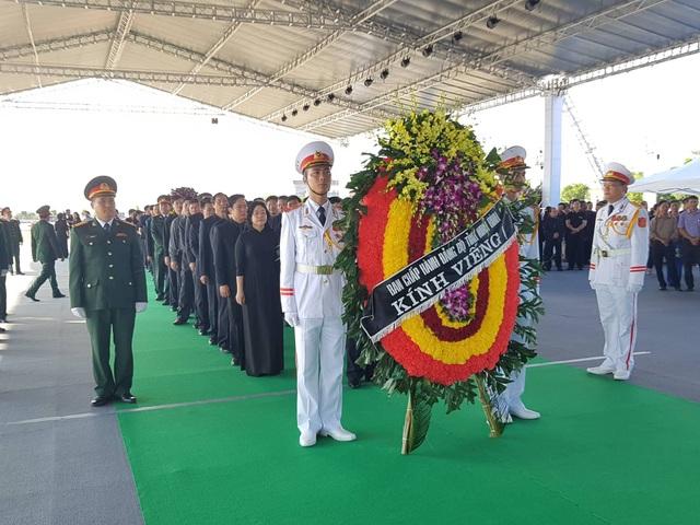 Ban chấp hành Đảng bộ tỉnh Ninh Bình do ông Trần Hồng Quảng - Phó Bí thư Tỉnh ủy dẫn đầu - là đoàn viếng đầu tiên tại điểm viếng quê nhà Ninh Bình.