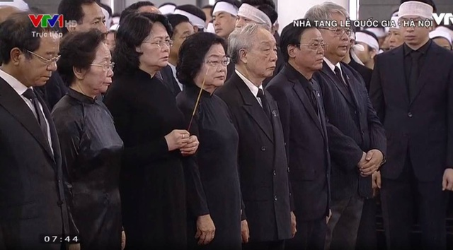 Đoàn Chủ tịch nước dâng nén hương tiễn biệt.