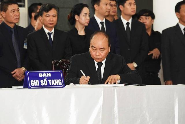 Thủ tướng Nguyễn Xuân Phúc ghi lời tiễn biệt vào sổ tang.