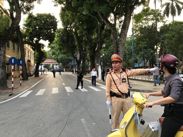Công an hướng dẫn người tham gia giao thông lưu thông qua khu vực nhà tang lễ (Ảnh: Quang Phong)