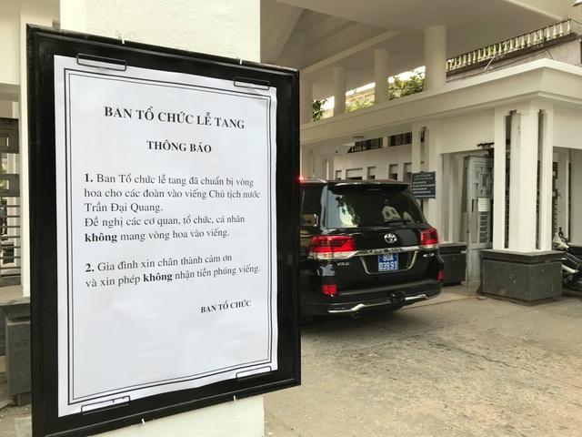 Ban tổ chức lễ tang thông báo các đoàn vào viếng Chủ tịch nước Trần Đại Quang không mang vòng hoa; gia đình không nhận tiền phúng viếng. (Ảnh: Quang Phong)