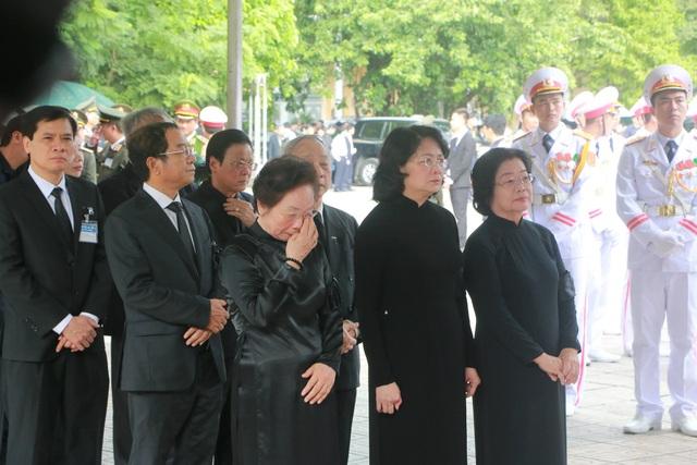 Quyền Chủ tịch nước Đặng Thị Ngọc Thịnh, nguyên Phó Chủ tịch nước Nguyễn Thị Doan không kìm nén được nỗi xúc động.