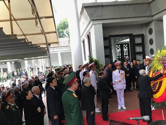 Tổng Bí thư Nguyễn Phú Trọng chỉnh lại vòng hoa trước khi vào viếng.