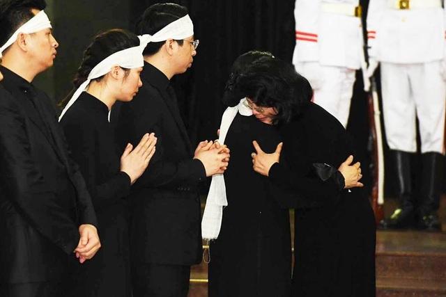 Quyền Chủ tịch nước Đặng Thị Ngọc Thịnh xúc động chia buồn.