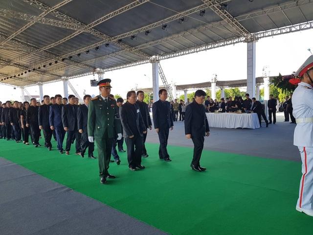 Đoàn UBND tỉnh Ninh Bình do ông Đinh Chung Phụng - Phó Chủ tịch Thường trực dẫn đầu vào viếng Chủ tịch nước tại quê nhà Ninh Bình.