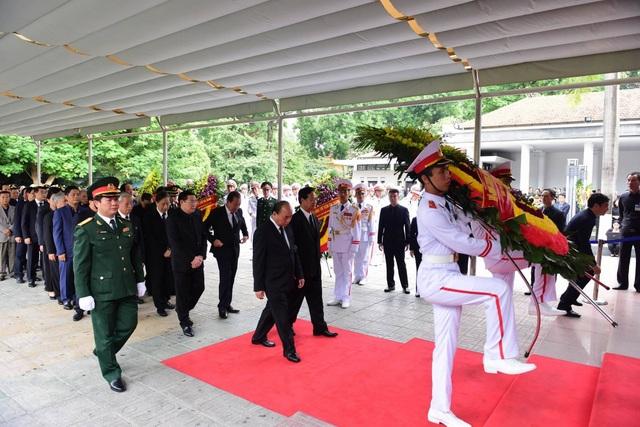 Thủ tướng Nguyễn Xuân Phúc dẫn đầu đoàn Chính phủ vào viếng.