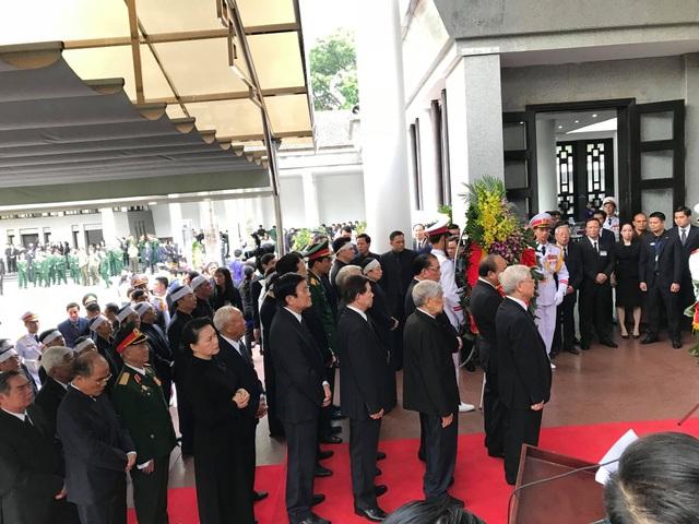 Tổng Bí thư cùng lãnh đạo, nguyên lãnh đạo Đảng, Nhà nước, Quốc hội chuẩn bị vào viếng. (Ảnh: Quang Phong)