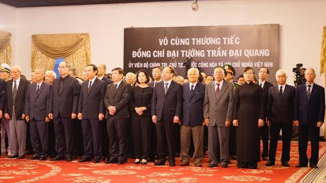 Đoàn lãnh đạo TPHCM chờ viếng tại Hội trường Thống Nhất. (Ảnh: Phạm Nguyễn)