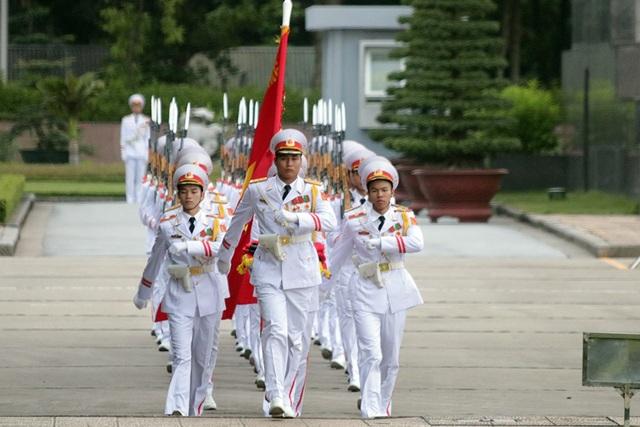 5h50, đội nghi lễ mang cờ Tổ quốc tiến ra quảng trường Ba Đình.