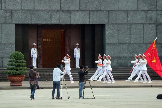 Đội nghi lễ tiến qua cổng lăng Chủ tịch Hồ Chí Minh, kết thúc lễ thượng cờ rủ.
