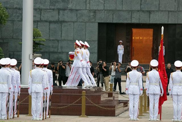Mọi hoạt động trên quảng trường tạm dừng, rất nhiều người dân có mặt tại đây hướng về cột cờ trong nghi thức trang trọng.