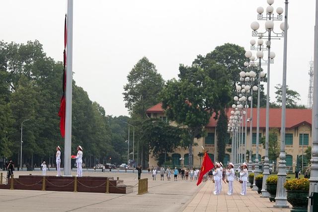 Dải băng đen được buộc lên Quốc kỳ.