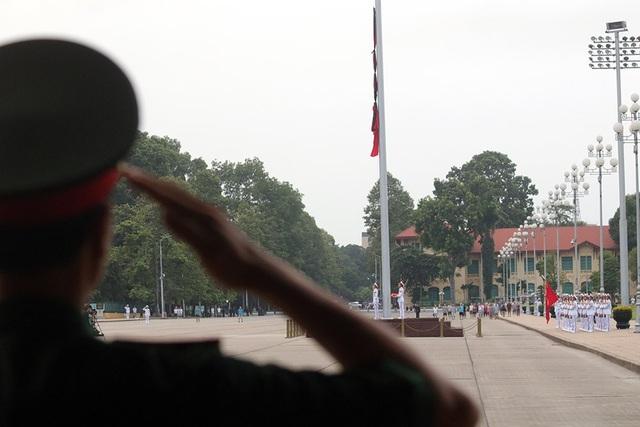 Quốc kỳ dần được kéo lên trong nền nhạc Quốc Ca.