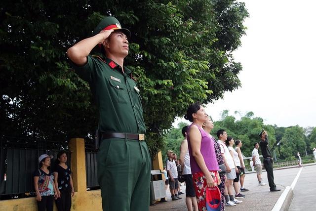 Tất cả những người có mặt trên quảng trường Ba Đình đều hướng về cột cờ.