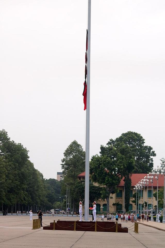 Quốc kỳ được kéo lên vị trí 2/3 cột cờ thay vì kéo lên đỉnh cột cờ như mọi ngày.