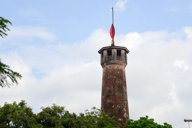 Cờ rủ trên nóc Cột cờ Hà Nội.