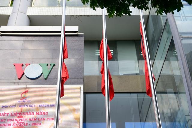 Cờ rủ tại trụ sở của Đài Tiếng Nói Việt Nam 58 Quán Sứ (Hà Nội).