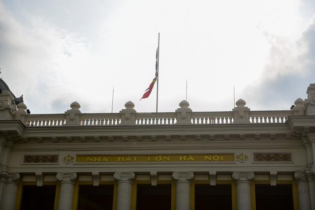 Cờ rủ trên nóc Nhà hát lớn Hà Nội.