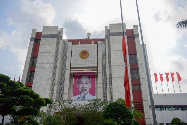 Tại Hà Nội, lễ viếng Chủ tịch nước Trần Đại Quang diễn ra từ lúc 7h tại Nhà tang lễ Quốc gia (số 5, Trần Thánh Tông, Hà Nội), nơi quàn linh cữu Chủ tịch nước. Nhiều công sở, nhà dân ở Hà Nội đã treo cờ gắn dải băng đen từ sớm.