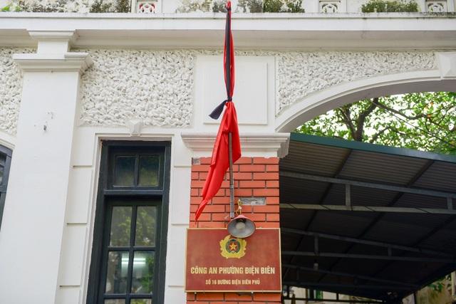 Cờ rủ phía trước trụ sở Công An phường Điện Biên.