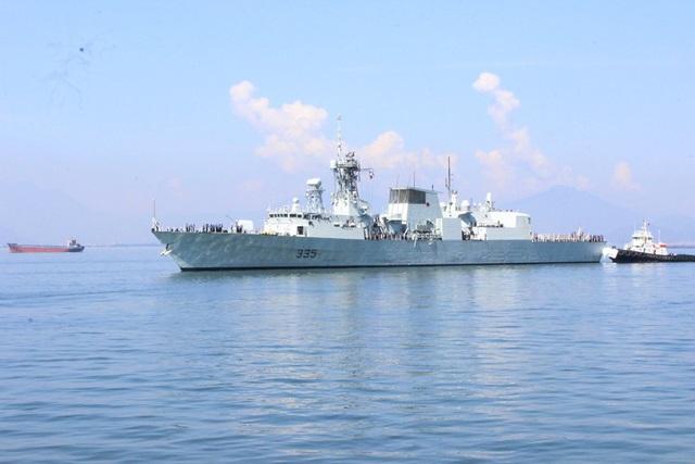 Tàu Hải quân Hoàng gia Canada treo cờ rủ khi đến thăm Đà Nẵng ngày Quốc tang - 4