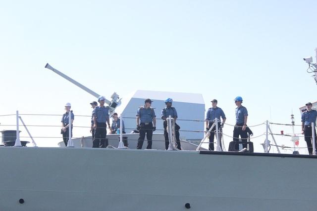 Cùng tàu HMCS Calgary đến thăm hữu nghị TP. Đà Nẵng có 230 sĩ quan và thuỷ thủ