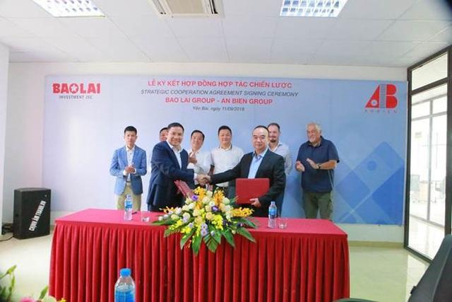 Ông Vũ Đình Chiến - TGĐ Công ty CP ĐT Bảo Lai và ông Nguyễn Hoài Vũ – TGĐ Công ty CP Đá Tự Nhiên An Biên đại diện Bảo Lai Group và An Biên Group ký kết hợp đồng hợp tác chiến lược.