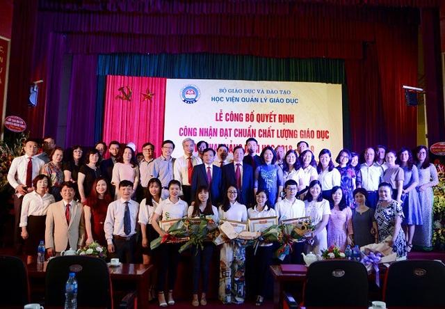 Tập thể lãnh đạo, cán bộ công nhân viên, sinh viên Học viện Quản lý Giáo dục vui mừng trong Lễ Công bố Quyết định đạt Chuẩn Chất lượng giáo dục và Khai giảng năm học mới 2018- 2019.