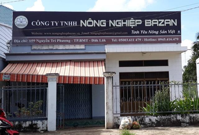 Cửa trước của công ty Bazan luôn luôn được khóa chặt (ảnh: Thúy Diễm)