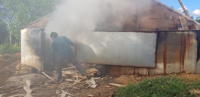 Một lò đốt thủ công nhưng khói ô nhiễm khá nhiều.