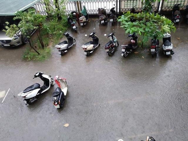 Ngập nước, tắc đường khắp Hà Nội sau cơn mưa lớn cuối chiều - 7